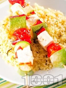 Вегетариански шишчета с тиквички, червени чушки, чери домати, сирене и гарнитура от кускус - снимка на рецептата